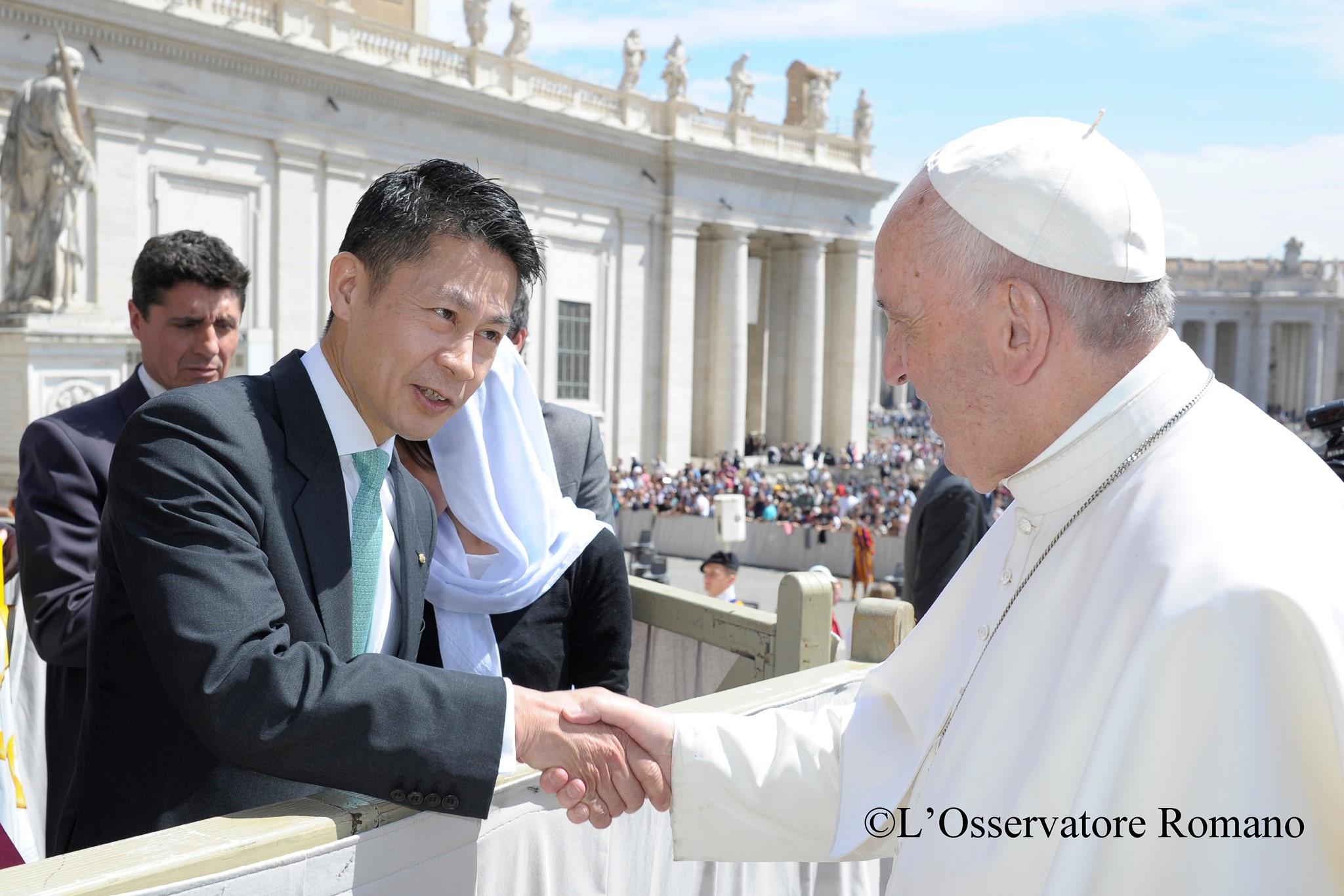 握手を交わすローマ教皇と広島県知事