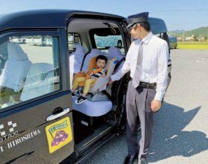 ドライバーが子供をタクシーに乗せている様子