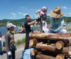 参加した小学生が実際に間伐材漁礁づくりを体験しました